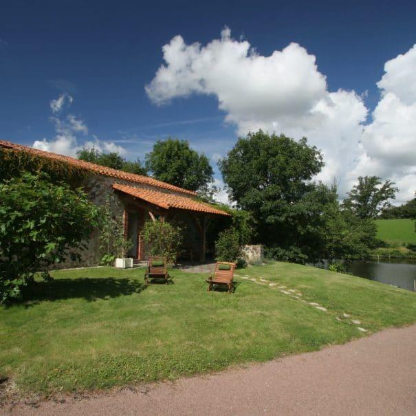 Extérieur du gîte Les Bleuets à Bulle Nature, sur le site préservé de la Prévisière, au Poiré sur Vie en Vendée