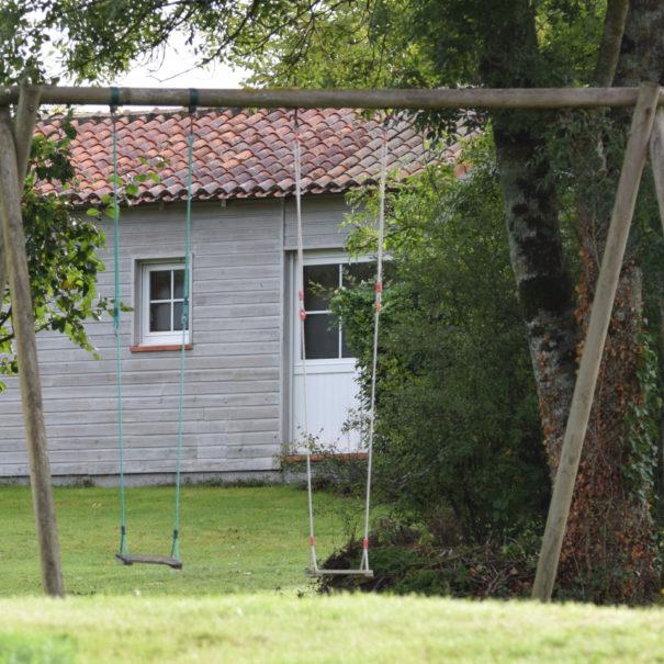La balançoire pour des après-midis ludiques à Bulle Nature à la Prévisière au Poiré sur Vie en Vendée, hébergements naturels et zoothérapie