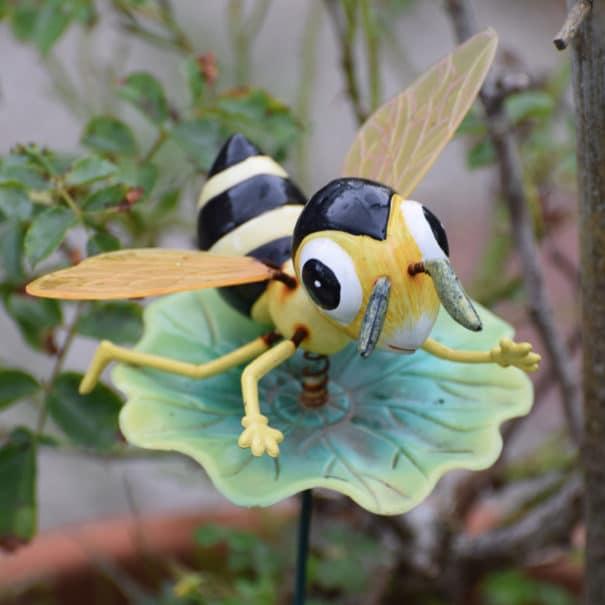Les abeilles butinent à Bulle Nature à la Prévisière au Poiré sur Vie en Vendée, hébergements naturels et zoothérapie