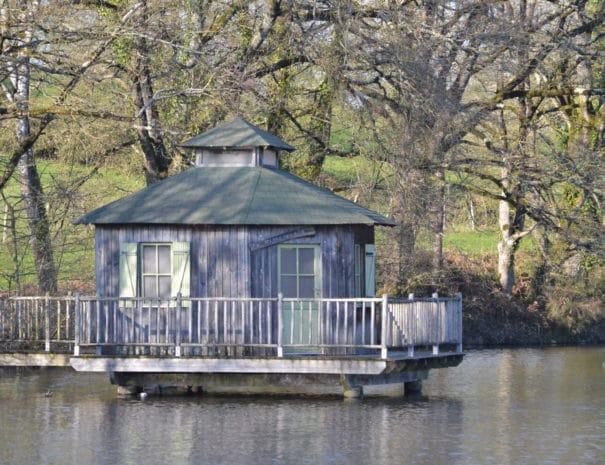 La cabane sur l'étang de Bulle Nature à la Prévisière au Poiré sur Vie en Vendée, hébergements naturels et zoothérapie