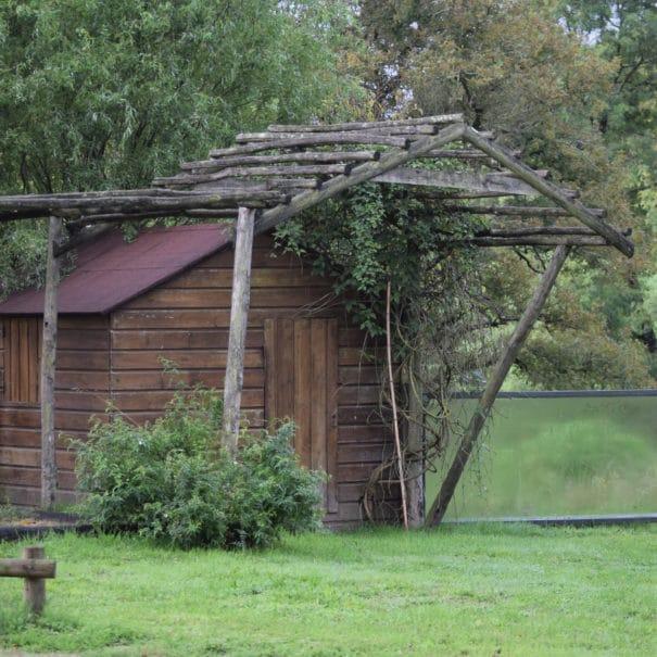 Le cabanon des activités ludiques de Bulle Nature à la Prévisière au Poiré sur Vie en Vendée, hébergements naturels et zoothérapie